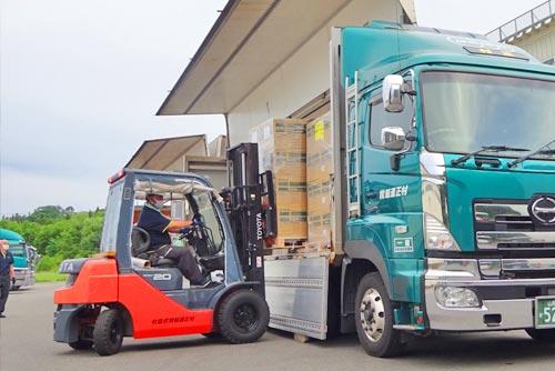 物流倉庫での荷物の積み下ろし研修